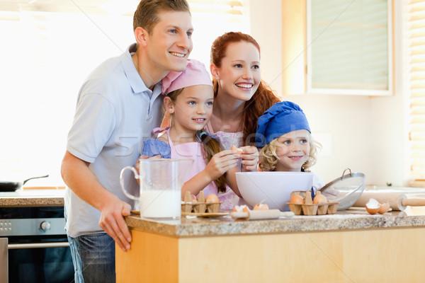 Famille heureuse cuisine ingrédients sourire homme Photo stock © wavebreak_media