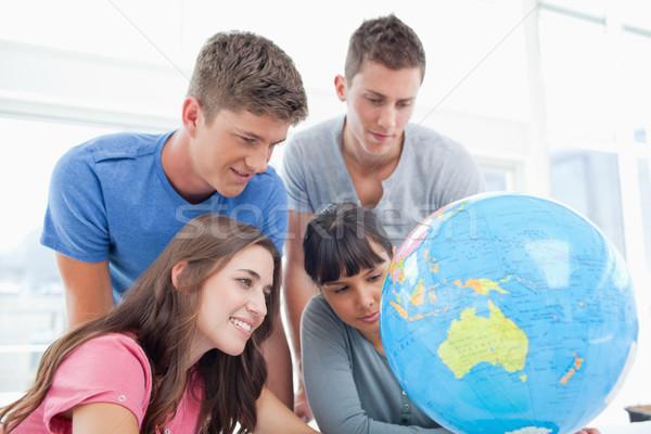 Groep studenten glimlach zoeken wereldbol land Stockfoto © wavebreak_media