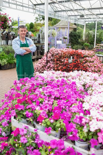 Tuin centrum werknemer permanente naast bloemen Stockfoto © wavebreak_media