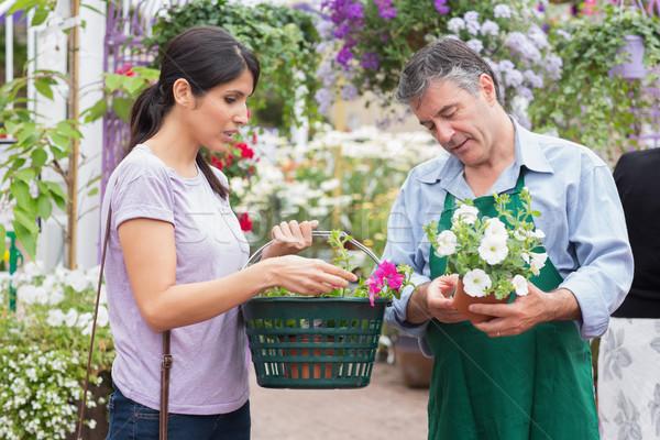 Mujer cesta compra flores jardín Foto stock © wavebreak_media