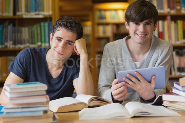Stok fotoğraf: Genç · erkekler · eğitim · kütüphane · bir