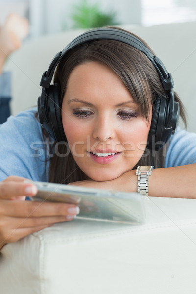Foto d'archivio: Donna · ascolto · musica · guardando · cd · divano