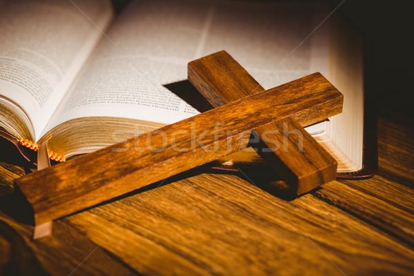Abrir bíblia crucifixo ícone mesa de madeira luz Foto stock © wavebreak_media
