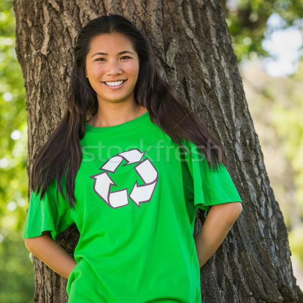 Glimlachende vrouw groene recycling tshirt park Stockfoto © wavebreak_media