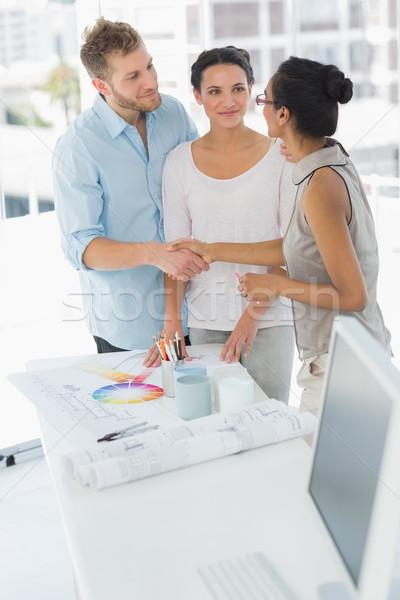 Decorador de interiores apretón de manos feliz cliente estudio mano Foto stock © wavebreak_media