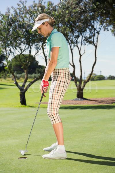 Vrouwelijke golfer bal golfbaan gras Stockfoto © wavebreak_media