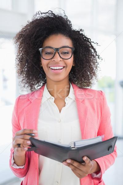 Lezser üzletasszony tart napló mosolyog kamera Stock fotó © wavebreak_media