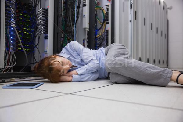 Agotado técnico dormir piso grande centro de datos Foto stock © wavebreak_media