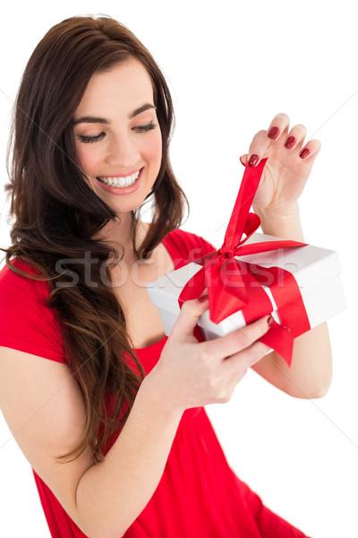 Szczęśliwy brunetka posiedzenia otwarcie dar biały Zdjęcia stock © wavebreak_media