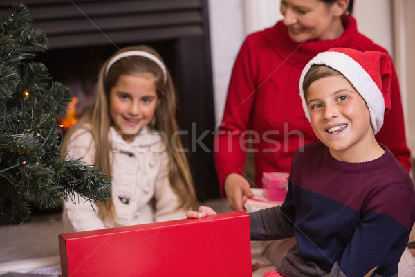 Retrato hijo apertura regalo casa de la familia Foto stock © wavebreak_media