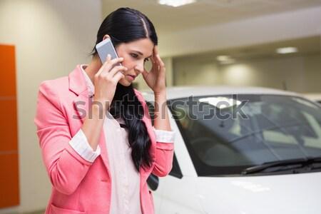 Bastante cliente pensando comprar carro Foto stock © wavebreak_media