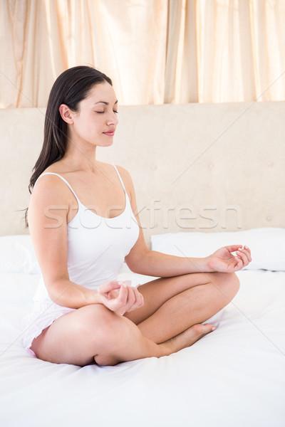 Dość brunetka relaks bed domu kobieta Zdjęcia stock © wavebreak_media