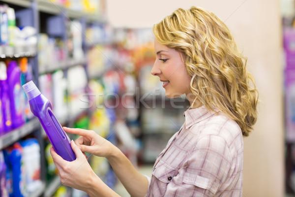 Zijaanzicht glimlachend mooie blonde vrouw naar product Stockfoto © wavebreak_media