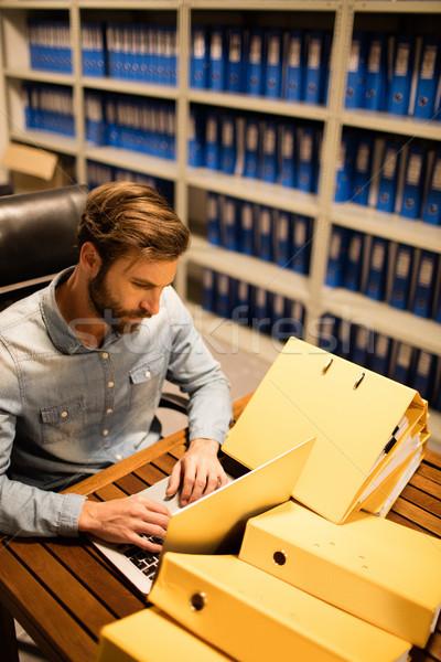 Geschäftsmann mit Laptop Tabelle Datei Abstellraum Stock foto © wavebreak_media