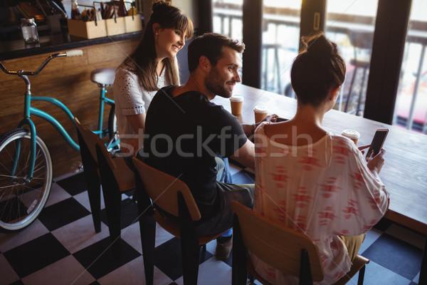 Vrienden koffie restaurant glimlachend vrouw internet Stockfoto © wavebreak_media