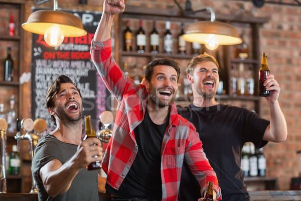 Szczęśliwy mężczyzna znajomych piwa Zdjęcia stock © wavebreak_media