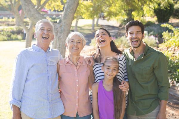Photo stock: Famille · heureuse · permanent · ensemble · parc · portrait · femme