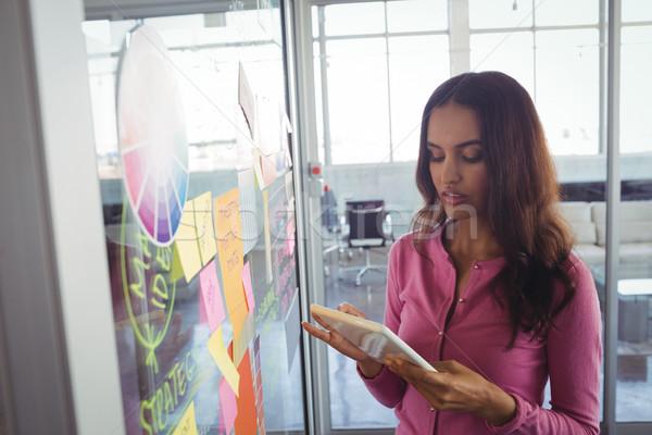 Női designer tart digitális tabletta tapadó Stock fotó © wavebreak_media