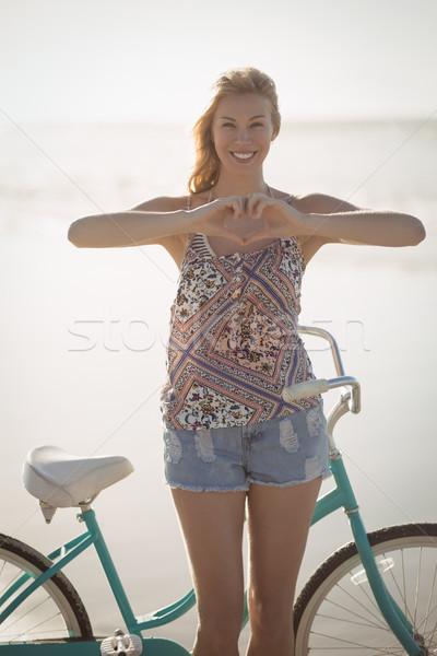 Portrait femme forme de coeur mains permanent Photo stock © wavebreak_media