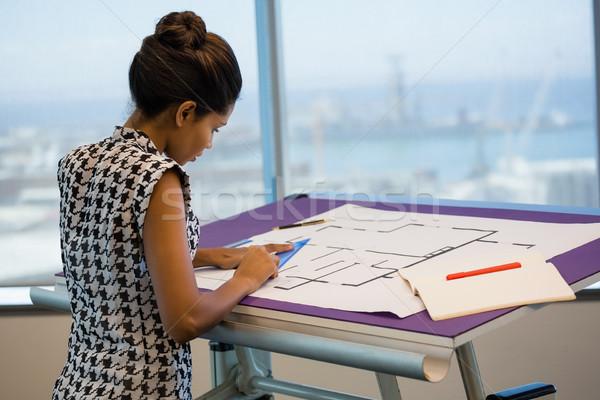 Feminino arquiteto trabalhando diagrama escritório negócio Foto stock © wavebreak_media