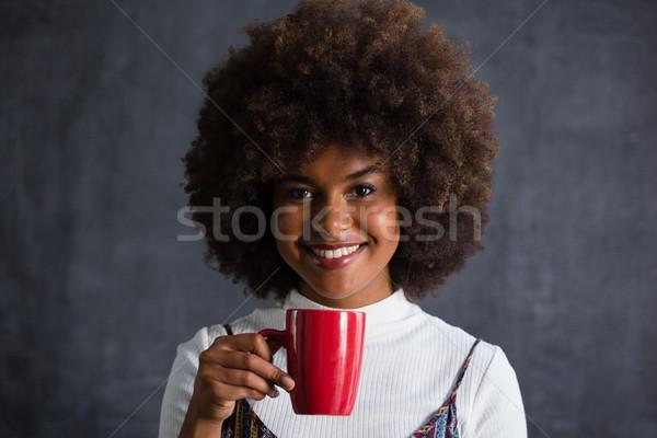 Donna sorridente capelli tazza di caffè muro ritratto Foto d'archivio © wavebreak_media