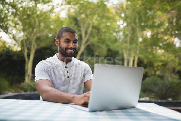 男 ラップトップを使用して 表 パティオ 笑みを浮かべて 幸せ ストックフォト © wavebreak_media
