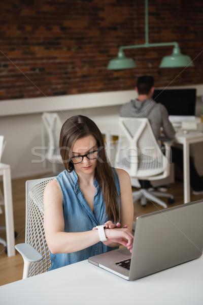 Női igazgató okos óra asztal iroda Stock fotó © wavebreak_media
