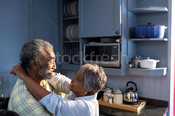 Oldalnézet idős pár áll szemtől szembe konyha otthon Stock fotó © wavebreak_media