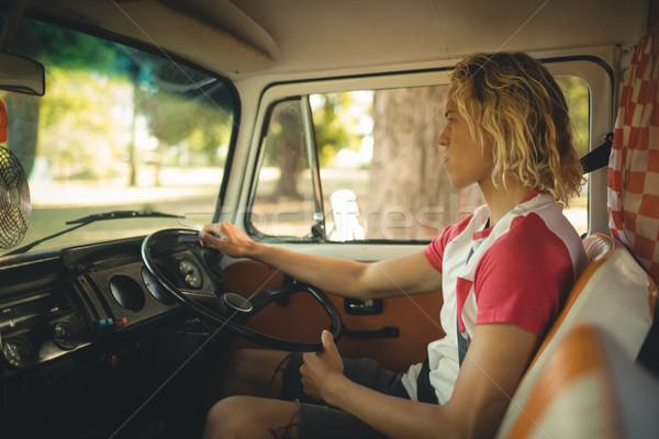 Oldalnézet fiatalember vezetés lakókocsi furgon másfelé néz Stock fotó © wavebreak_media