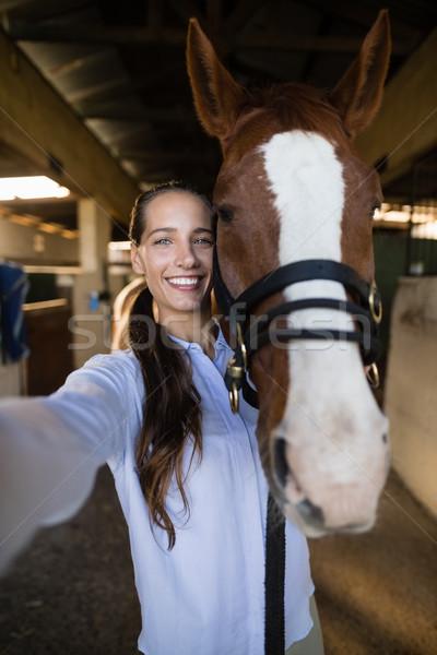 Portret vrouwelijke dierenarts permanente paard stabiel Stockfoto © wavebreak_media