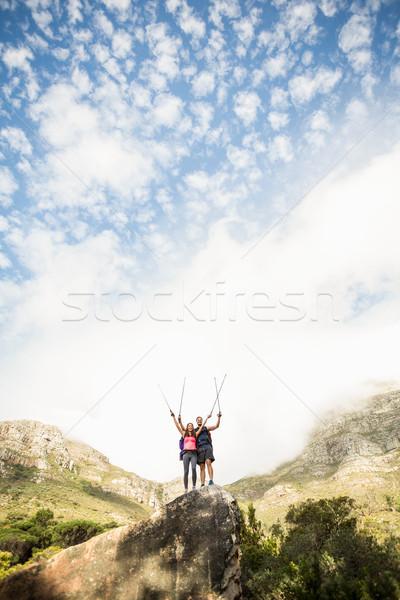 Jonge gelukkig joggers permanente rock juichen Stockfoto © wavebreak_media