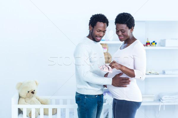 Grávida marido em pé casa Foto stock © wavebreak_media