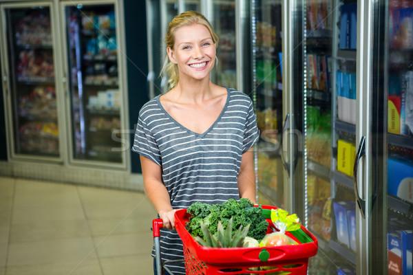 Portré mosolygó nő toló bevásárlókosár áruház nő Stock fotó © wavebreak_media