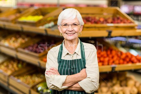 Altos trabajador los brazos cruzados supermercado mujer compras Foto stock © wavebreak_media