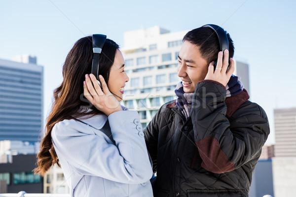 Feliz parejas auriculares edificios edificio Foto stock © wavebreak_media