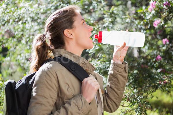 Kobieta woda pitna przerwie charakter drzew Zdjęcia stock © wavebreak_media