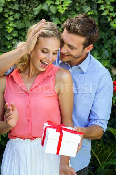 ロマンチックな 男 ギフト 女性 前庭 幸せ ストックフォト © wavebreak_media