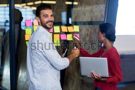 Colleghi guardando note adesive ufficio uomo imprenditore Foto d'archivio © wavebreak_media
