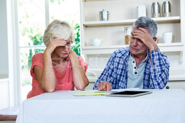 Preocupado casal de idosos documentos tabela cozinha papel Foto stock © wavebreak_media