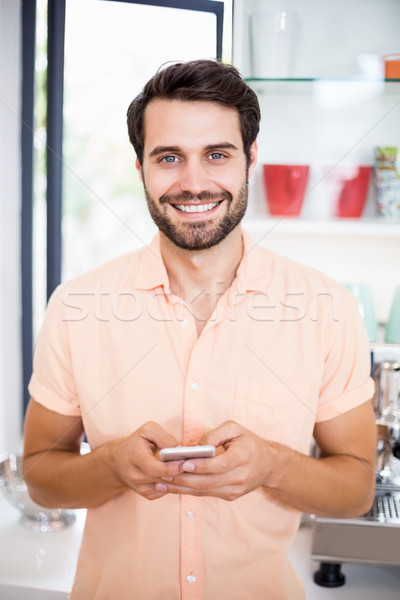 Férfi sms üzenetküldés mobil portré konyha telefon Stock fotó © wavebreak_media