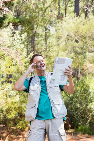 Idős férfi olvas beszél telefon erdő Stock fotó © wavebreak_media