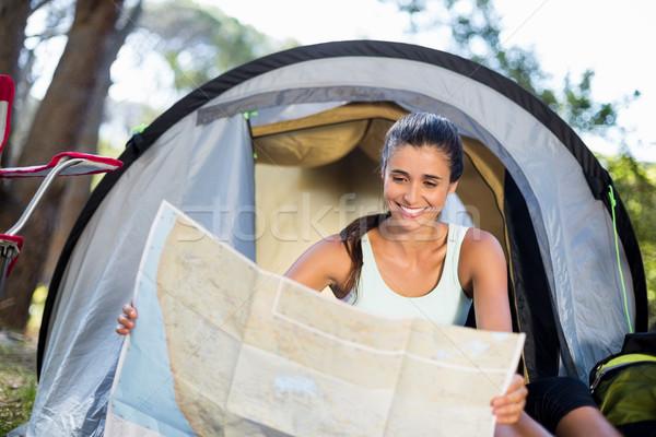 Vrouw glimlachen studeren kaart kamp plaats vrouw Stockfoto © wavebreak_media