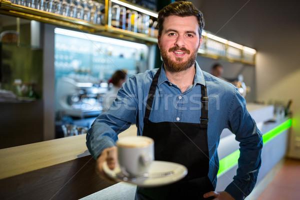 Zdjęcia stock: Kelner · oferowanie · kubek · kawy · portret · restauracji