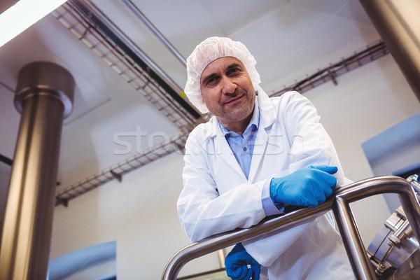 Mosolyog gyártó dől cső sörfőzde alulról fotózva Stock fotó © wavebreak_media