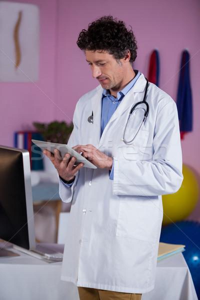 Digitális tabletta klinika háló olvas férfi Stock fotó © wavebreak_media