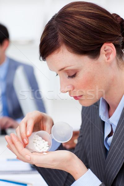 Portrait jeunes femme d'affaires pilules bureau Photo stock © wavebreak_media