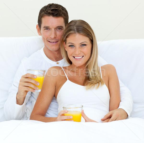 Boldog pár iszik narancslé ágy otthon Stock fotó © wavebreak_media