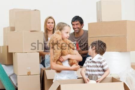 Famiglia movimento home scatole in giro famiglia felice Foto d'archivio © wavebreak_media