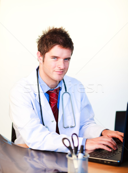 Sorridere giovani medico lavoro computer ospedale Foto d'archivio © wavebreak_media