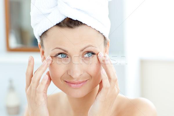 Foto stock: Sorridente · mulher · jovem · cara · banheiro · saúde